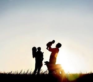 משפחה מאושרת על רקע שקיעה