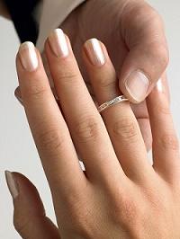 יד של גבר עונדת טבעת יהלום על אצבעה של אישה