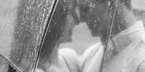 זוג אוהבים מתחת למטריה